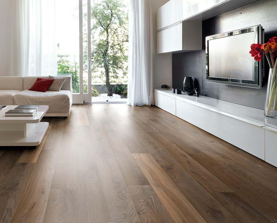Moderner Kontrast: weiße Möbel und dunkelbraune Massivholzdielen von HolzLand Beese in Unna