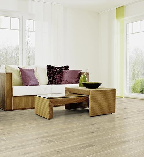 Wohnbereich mit hellen Massivholzdielen von HolzLand Beese in Unna