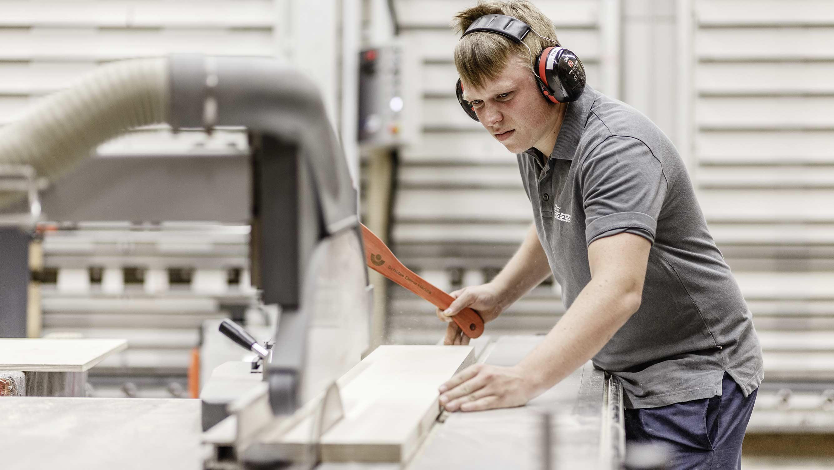 service-holzverarbeitung-arbeiter-holzland-beese