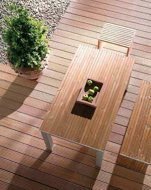 Holz-Terrassendielen Bangkirai von Osmo mit Gartentisch bei HolzLand Beese