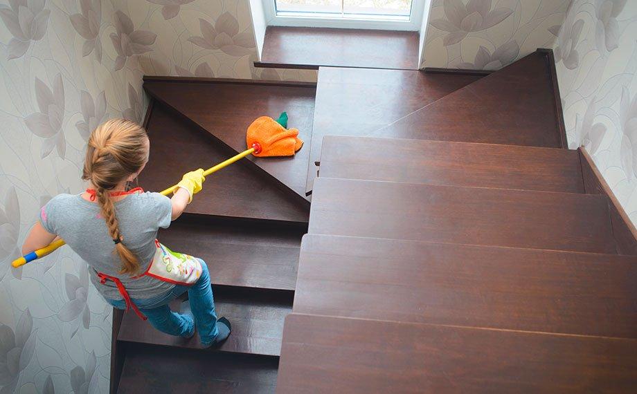 Holztreppe pflegen und reinigen dunkle Treppe mit Frau