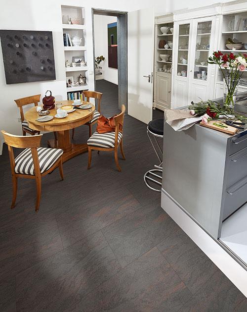 Dunkler Naduraboden (Dekor: Metallic rost) von HolzLand Beese in Unna (Dortmund) in der Küche verlegt