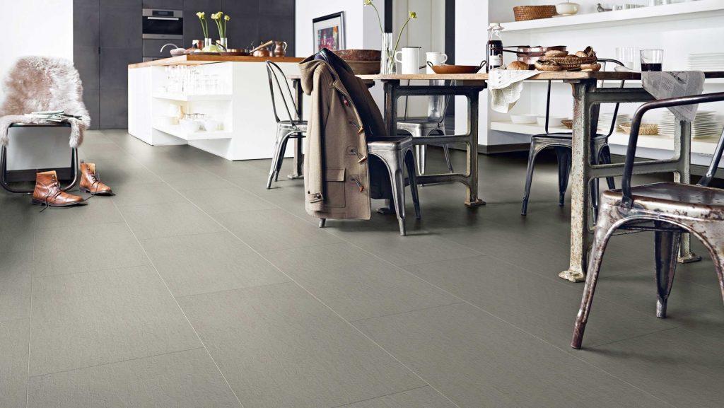 Langlebiger Vinylboden in sattem Grau im Essbereich (HolzLand Beesein Unna, Region Dortmund)
