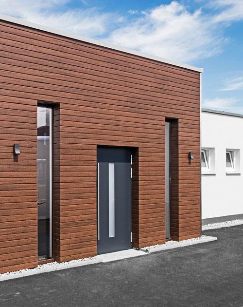 Eingangsbereich eines Hauses mit WPC-Fassade Rhombusleiste braun von HolzLand Beese in Unna (Region Dortmund)