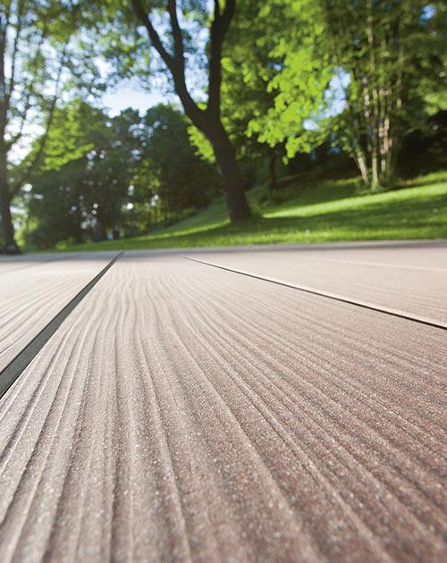 Extra breite WPC-Dielen mit natürlich gehobelter Oberfläche für die Terrasse von HolzLand Beese in Unna