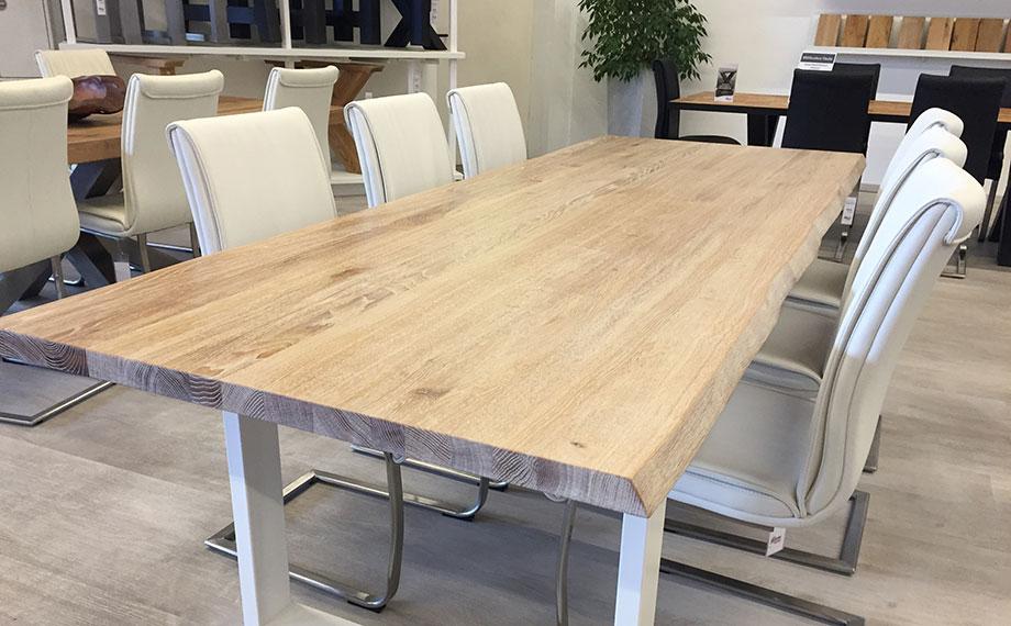 Massiver Holztisch in der Ausstellung von HolzLand Beese in Unna