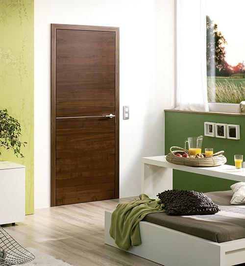 Dunkle Holztür aus Nussbaum von HolzLand Beese