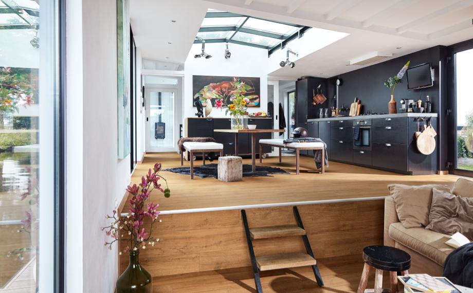 Diese Wohnküche ist ein Paradebeispiel für offene Wohnbereiche bei HolzLand Beese.