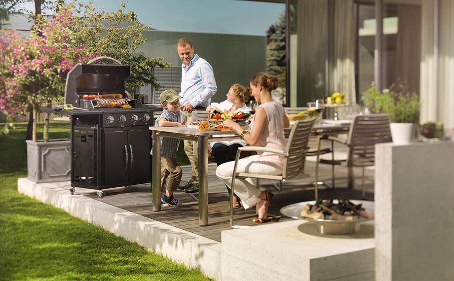 familie grillen terrasse gartenholz holzland beese unna - Stopp den Lagerkoller: Tu jetzt was für die Holzpflege außen